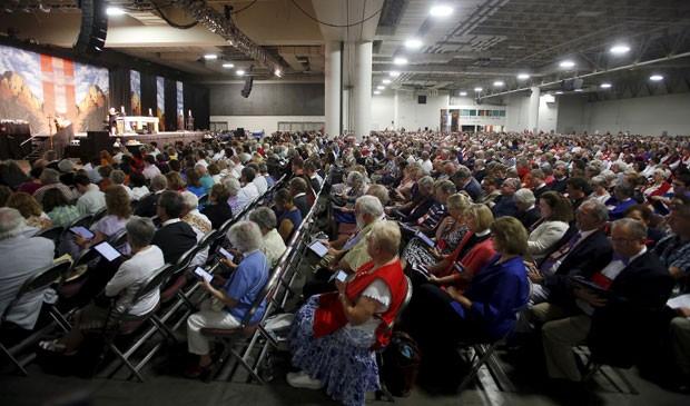 Pessoas participam da convenção geral da Igreja Episcopal dos Estados Unidos em Utah neste domingo (28); igreja aprovou o casamento entre pessoas do mesmo sexo (Foto: Jim Urquhart/Reuters)