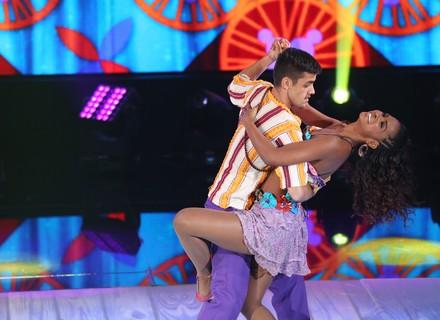 Felipe Simas arrasa no forró do 'Dança dos Famosos' e é elogiado por Tiago Leifert