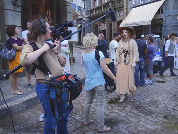 Daisy Donovan e sua equipe gravam matéria no set de Lado a Lado (Foto: Lado a Lado/Tv Globo)