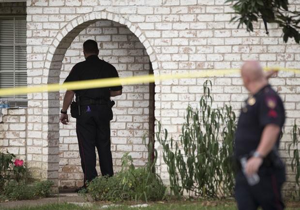 Policiais inspecionam casa onde ocorreu ataque no Texas. Seis pessoas morreram (Foto: Houston Chronicle, Brett Coomer/AP)