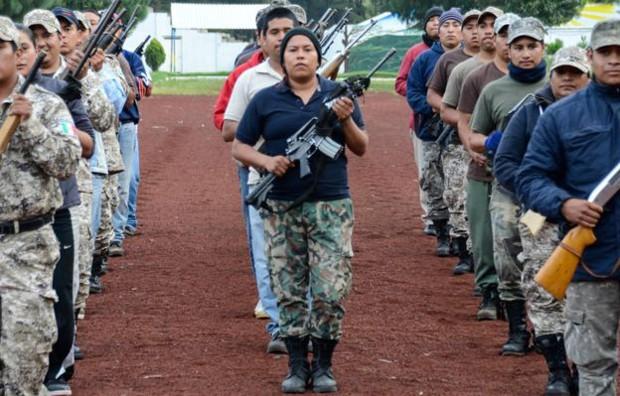 A milícia de Cherán treina para um desfile  (Foto: BBC)