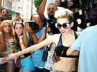 Com top curtinho, Miley Cyrus ganha puxão no meio dos fãs