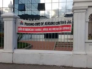 Faixas foram fixadas nos muros do Palácio dos Martírios em Maceió (Foto: Lucas Leite/ G1)