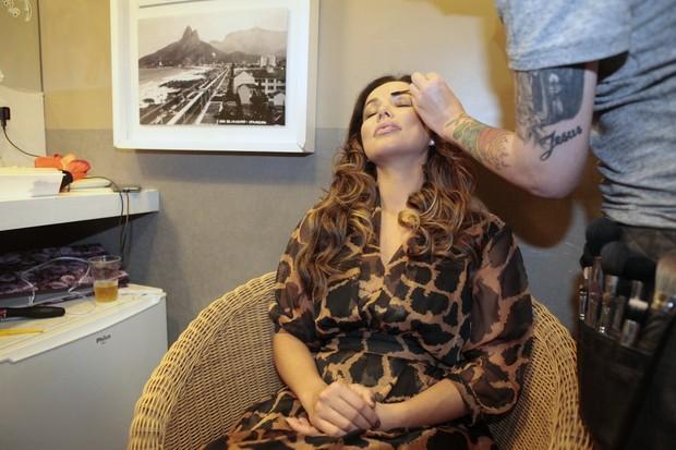 Liah Soares na maquiagem antes de apresentação no Rio (Foto: Isac Luz/EGO)