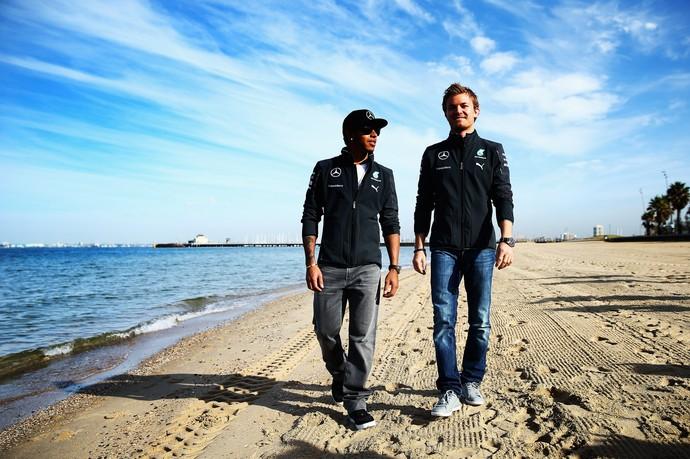 Lewis Hamilton e Nico Rosberg na praia de St. Kilda, em Melbourne (Foto: Getty Images)
