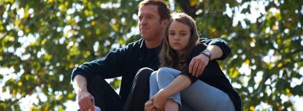Dana está preocupada com o comportamento estranho do pai (Foto: Divulgação / Twentieth Century Fox)
