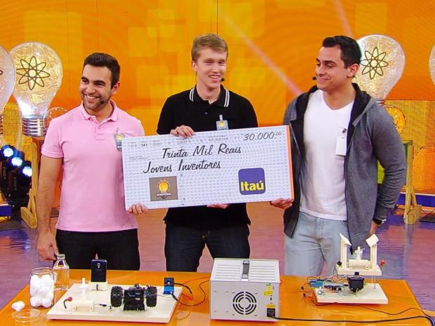 Jovens inventam bafômetro para caminhoneiros e ganham R$ 30 mil (Foto: Caldeirão do Huck/TV Globo)