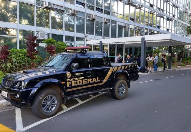 Carro da Polícia Federal em frente ao Ministério da Agricultura (Foto: Valter Campanato/Agência Brasil)