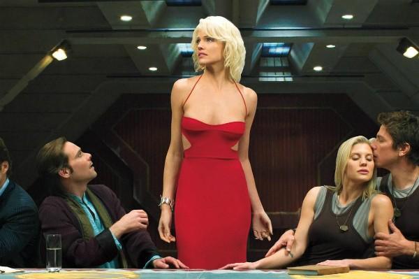 Tricia Helfer em meio a colegas de elenco de Battlestar Gactica (Foto: Reprodução)