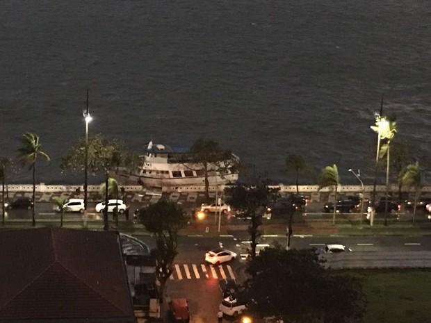 Barco destruiu mureta na orla da praia  (Foto: G1)