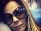Viviane Araújo acorda cedo para viajar e posa com cara de sono