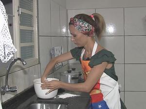 Juliana criou receitas porque filhos possuem restrições alimentares (Foto: Reprodução/TV TEM)