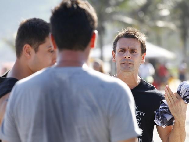 Élcio pede para Théo continuar batendo (Foto: Salve Jorge/TV Globo)