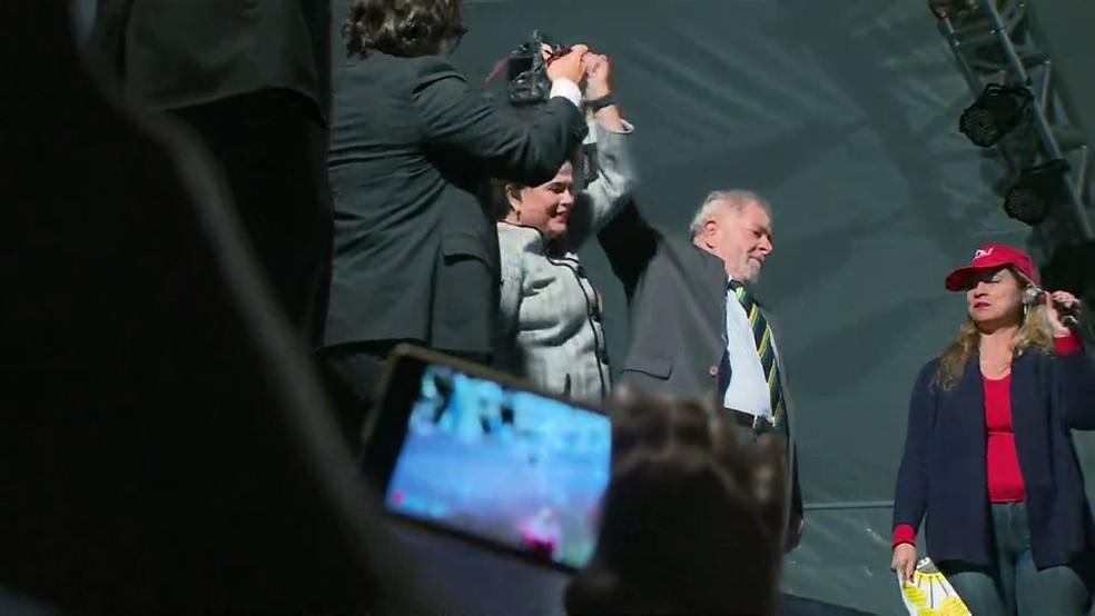 Dilma e Lula em Curitiba (Foto: Reprodução/GloboNews)