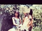 Carol Castro mostra foto antiga em cavalo: 'Infância feliz'