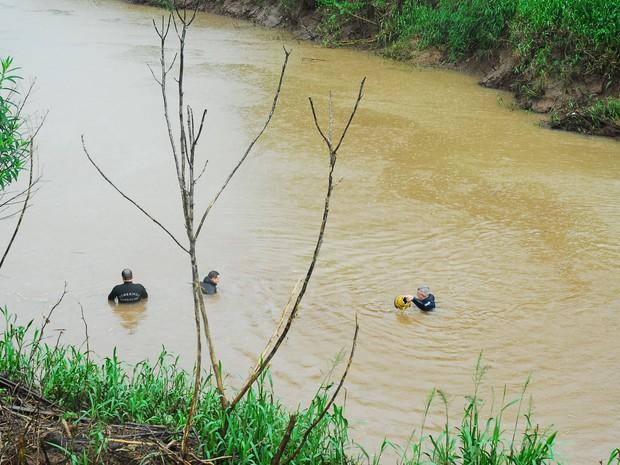 Bombeiros e o Grupo de Busca e Salvamento de Porto Alegre procuravam homem no Rio Castelhano (Foto: Carolina Schmidt/Folha do Mate)