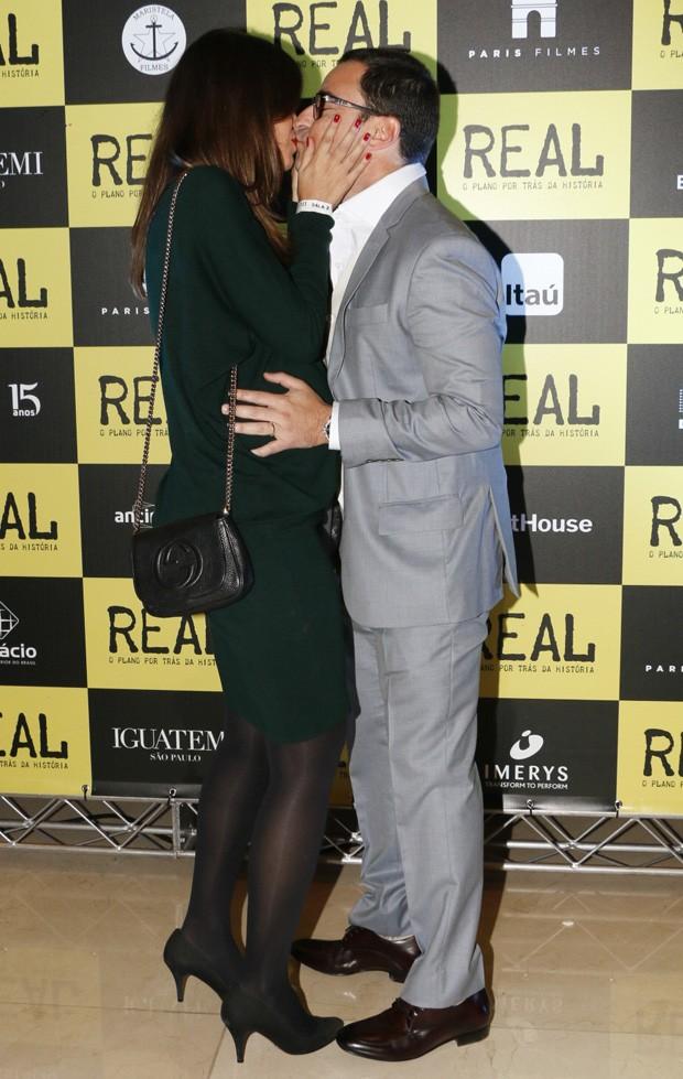 Mariana Barreto ganha beijo de Emilio Orciollo Netto (Foto: Deividi Correa/ AgNews)