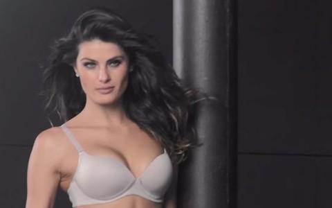Isabeli Fontana posa de lingerie para sessão de fotos; assista