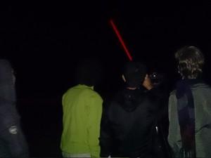 Participantes utilizam laser para apontar áreas no céu (Foto: Orion Pires/G1)