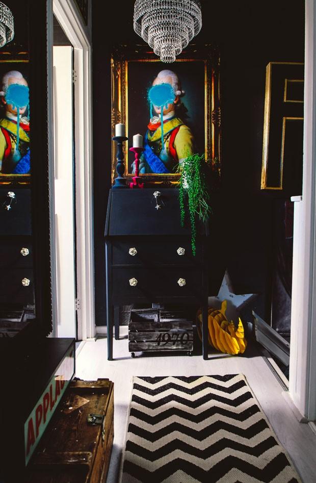 Décor do dia: hall preto com objetos coloridos (Foto: Pati Robins/ divulgação)