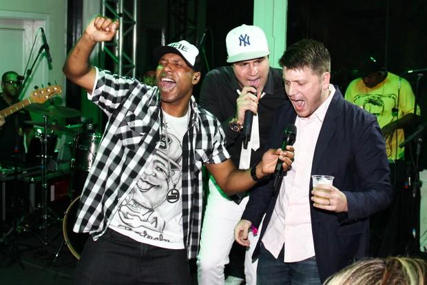 Marcelo Zangrandi no palco com Buchecha e Daniel Zukerman (Foto: Manuela Scarpa e Marcos Ribas/Foto Rio News)