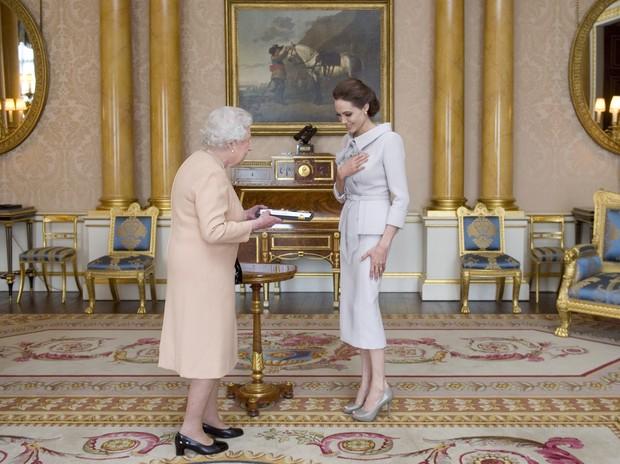 Angelina Jolie e a Rainha Elizabeth (Foto: AFP/ Agência)