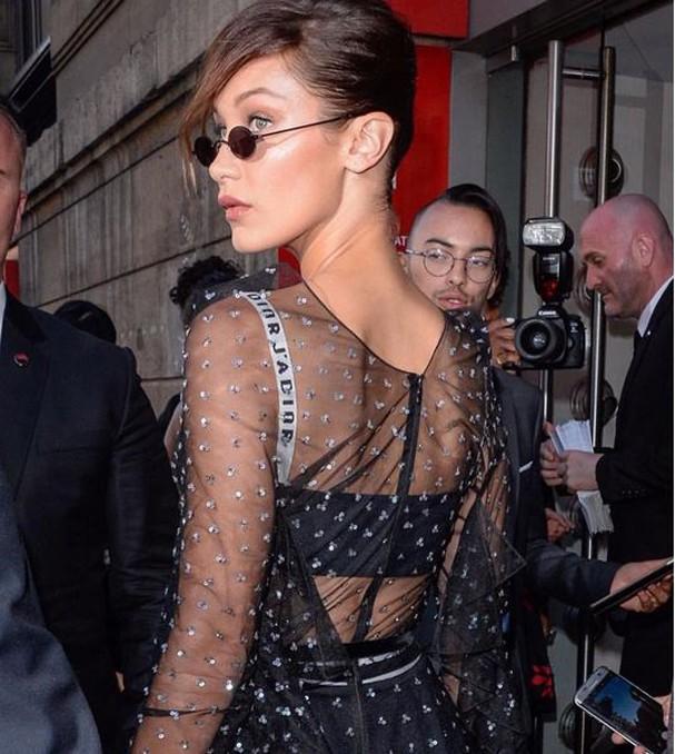 Bella Hadid usou os minióculos até para o último desfile de alta costura da Dior! (Foto: Reprodução/Instagram)