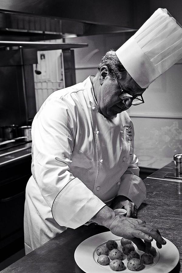 O chef Laurent Suaudeau em ação na Escola  (Foto: Reprodução/Instagram)