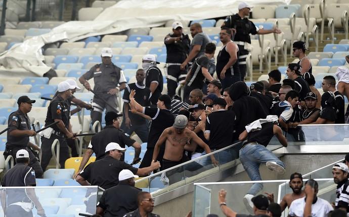 Confusão torcida Corinthians, no Maracanã (Foto: André Durão)