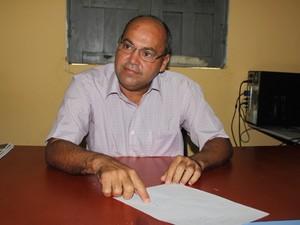 Prefeito Valdir Falcão diz que prefeitura não tem como arcar com débito (Foto: Patrícia Andrade/G1)