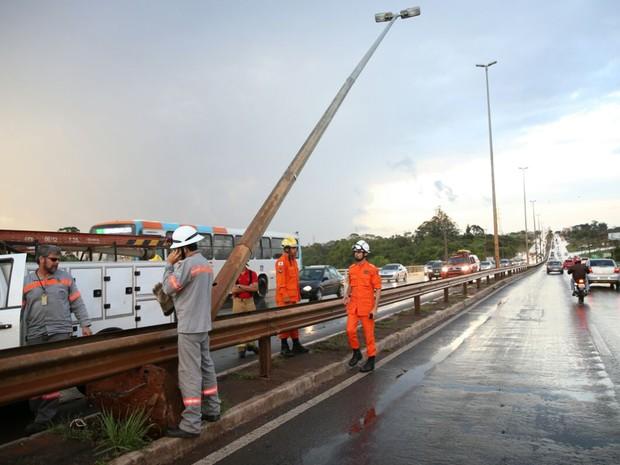 Poste ficou 'pendurado' na ponte do Braguetto após sofrer com fortes ventos decorrentes da chuva que atingiu Brasília nesta sexta-feira (23) (Foto: Corpo de Bombeiros DF/Divulgação)