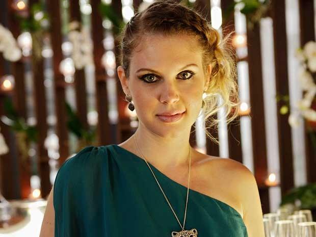 Júlia adora um maje com olhos marcados como divas do cinema  (Foto: Sangue Bom/TVGlobo)
