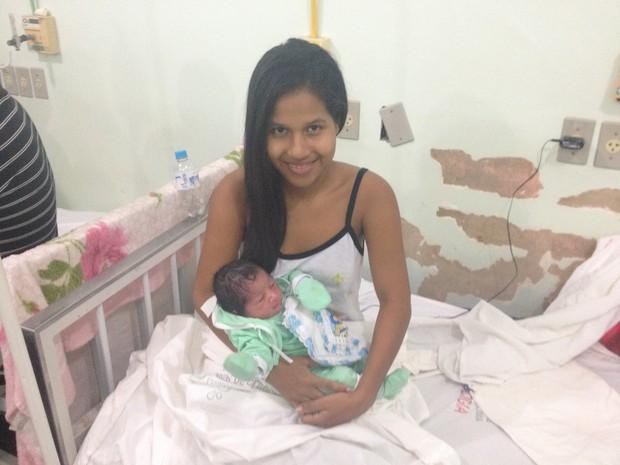 Fernanda Barbosa com o pequeno Jeihan na maternidade em Macapá (Foto: John Pacheco/G1)