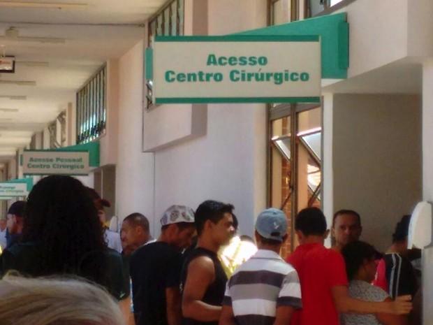 Pacientes e acompanhantes bloqueiam acesso ao centro cirúrgico do HGP  (Foto: Divulgação)
