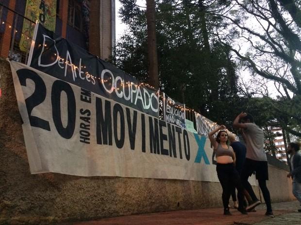 Estudantes que ocupam prédio da UFPR dançam para protestar; vídeo (Foto: João Salgado/RPC)