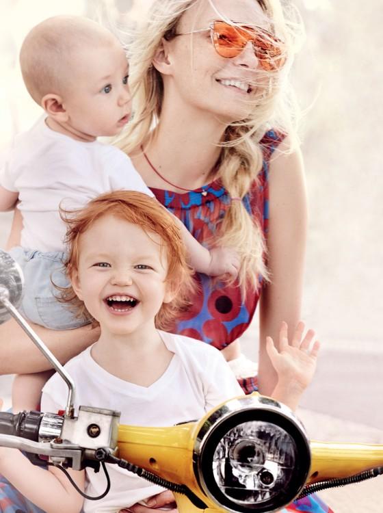 Carol Trentini posa com os filhos, Bento, de três anos, e Benoah, de oito meses, em ensaio para a Vogue americana (Foto: Mario Testino)