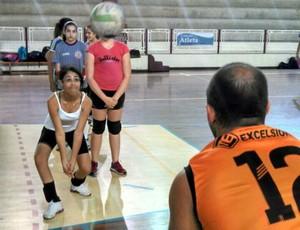 Daniel Rossi ensina técnicas de recepção à jovem aluna (Foto: Eduardo Fernandes/Arquivo Pessoal)