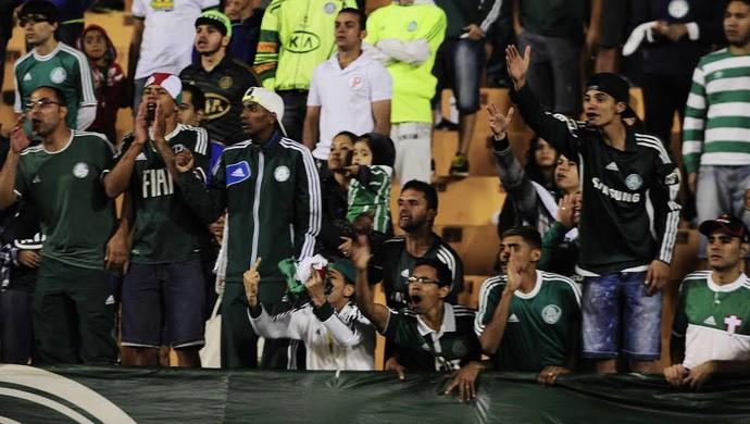 Torcedores do Palmeiras protestam ao fim da partida (Foto: Marcos Ribolli)