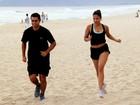 De shortinho, ex-BBB Gyselle Soares se exercita na praia