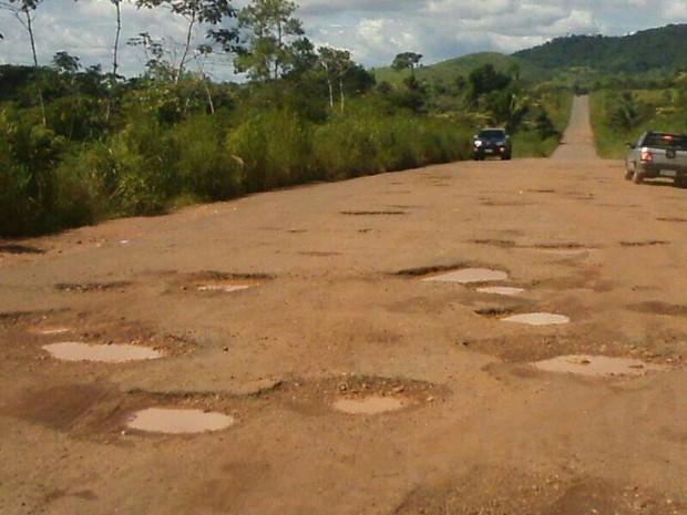 Buracos causam prejuízos aos condutores que precisam trafegar pela TO-164 (Foto: Claudemir Macedo/TV Anhanguera)
