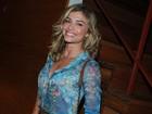 Grazi Massafera usa blusa com decote discreto para ir ao teatro