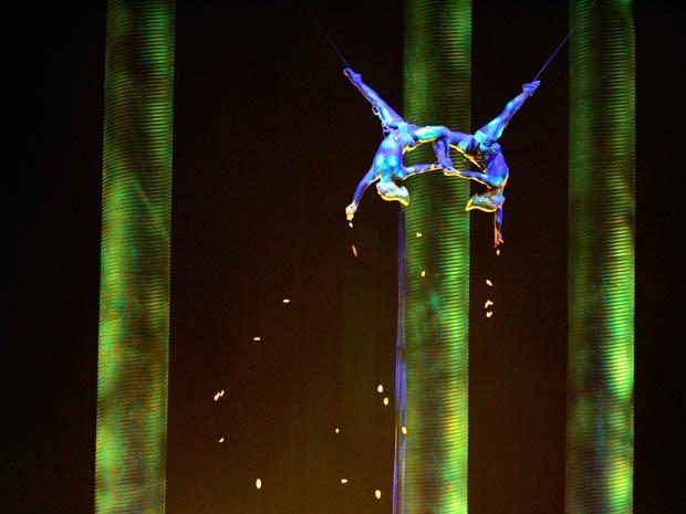 À esquerda, Sarah Guyard-Guillot, de 31 anos, durante seu número no espetáculo 'Kà', do Cirque du Soleil, em novembro de 2008 (Foto: AP/Las Vegas Sun, Leila Navidi)