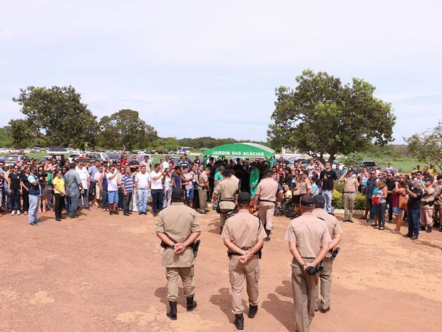 Enterro fo acompanhado por representantes de várias corporações (Foto: Ademir dos Anjos/Divulgação)