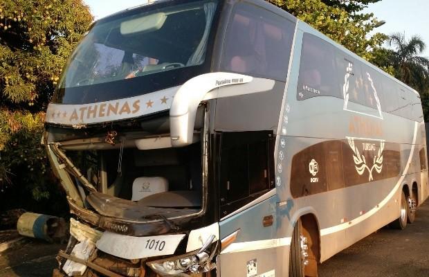 Ônibus que levava pacientes para tratamento bate e deixa seis feridos em Goiás (Foto: Divulgação/PRF)