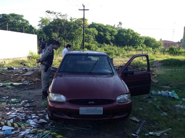 A vítima foi encontrada a 25 metros de veículo Escort de cor vinho com placa do Rio do Janeiro, em João Pessoa (Foto: Walter Paparazzo/G1)