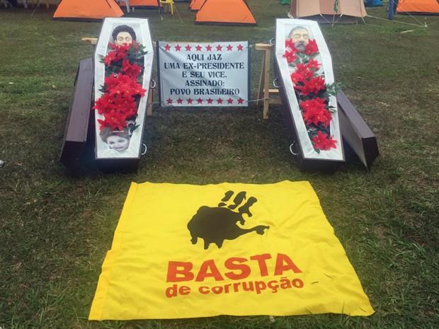 Manifestantes colocaram caixões simulando um enterro da presidente Dilma e do ex-presidente Lula em frente ao Congresso Nacional (Foto: Jéssica Nascimento/G1)