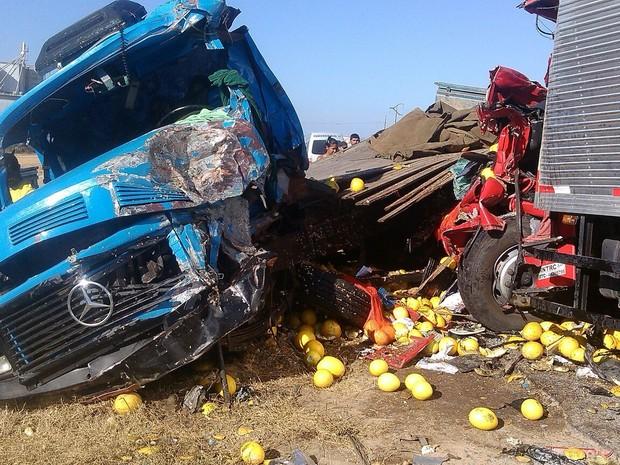 Caminhões colidiram de frente na BR-232, em Pesqueira (Foto: Divulgação/ PRF)