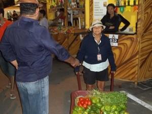 Josefa da Silva vende frutas e verduras durante o São João de Campina Grande (Foto: Rafael Melo/G1)