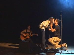 Pedido de namoro aconteceu no palco do Teatro Coliseu (Foto: Reprodução/G1)