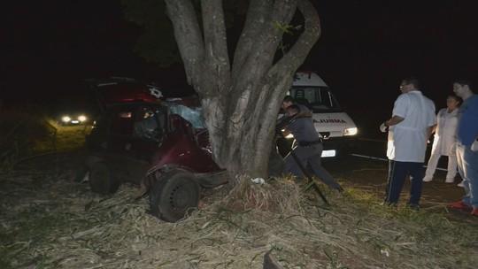 Jovem de 23 anos morre em Ribeirão Bonito após bater carro contra árvore